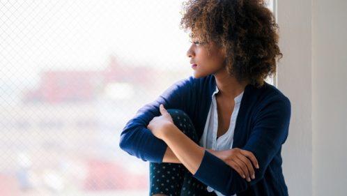 Femme regardant dans le vide