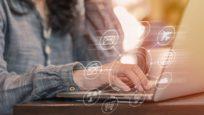Consommateur faisant des recherches sur internet
