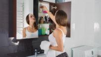 Femme triant des médicaments dans son armoire à pharmacie