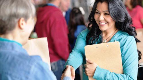 Jeune femme venant donner un coup de main dans une association