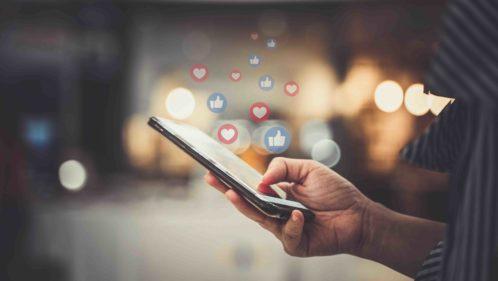 Personne consultant des sites internet sur son smartphone pour s'informer