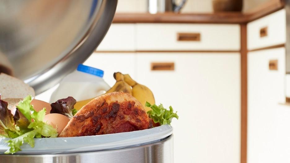 Poubelle avec des déchets de repas