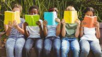 Rangée d'enfant en train de lire des livres