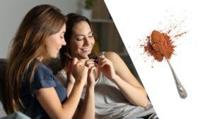Deux filles mangent une plaquette de chocolat et du chcoloat en poudre