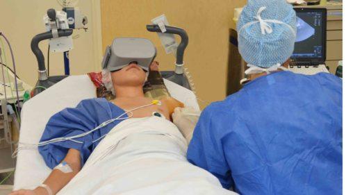 Tablettes et casques de réalité virtuelle entrent au bloc opératoire