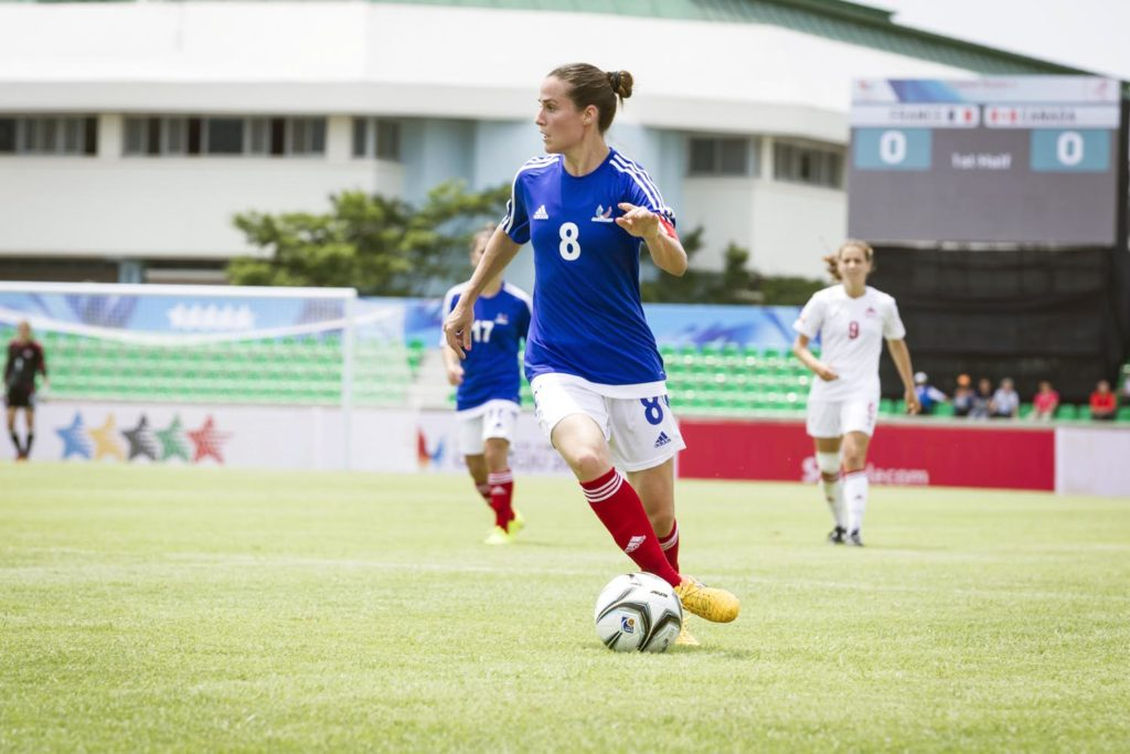 Mélissa Plaza, ex-joueuse de football, lors d'un match de l'équipe de France