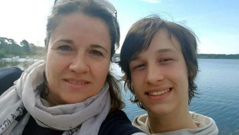 Photo de Sophie Fabret et son fils Romain, 17 ans, en situation de handicap