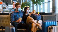 Jeune couple aéroport, masqués