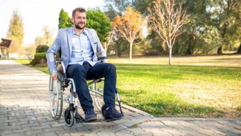 Jeune homme fauteuil roulant
