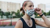 femme sportive mettant un masque