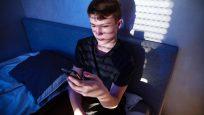 adolescent qui regarde son téléphone