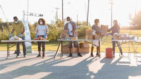 des bénévoles distribuent des repas durant la pandémie du Covid 19
