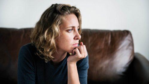 Femme soucieuse regardant au loin